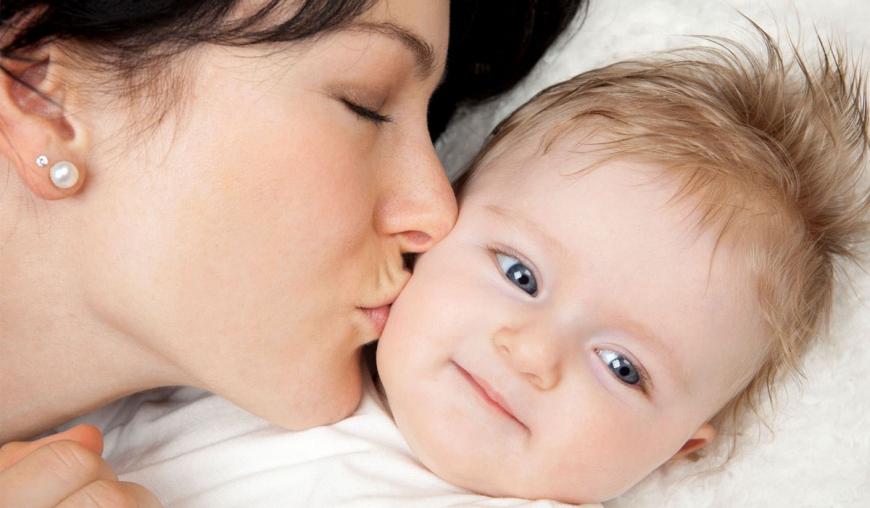 فوائد تقبيل الطفل