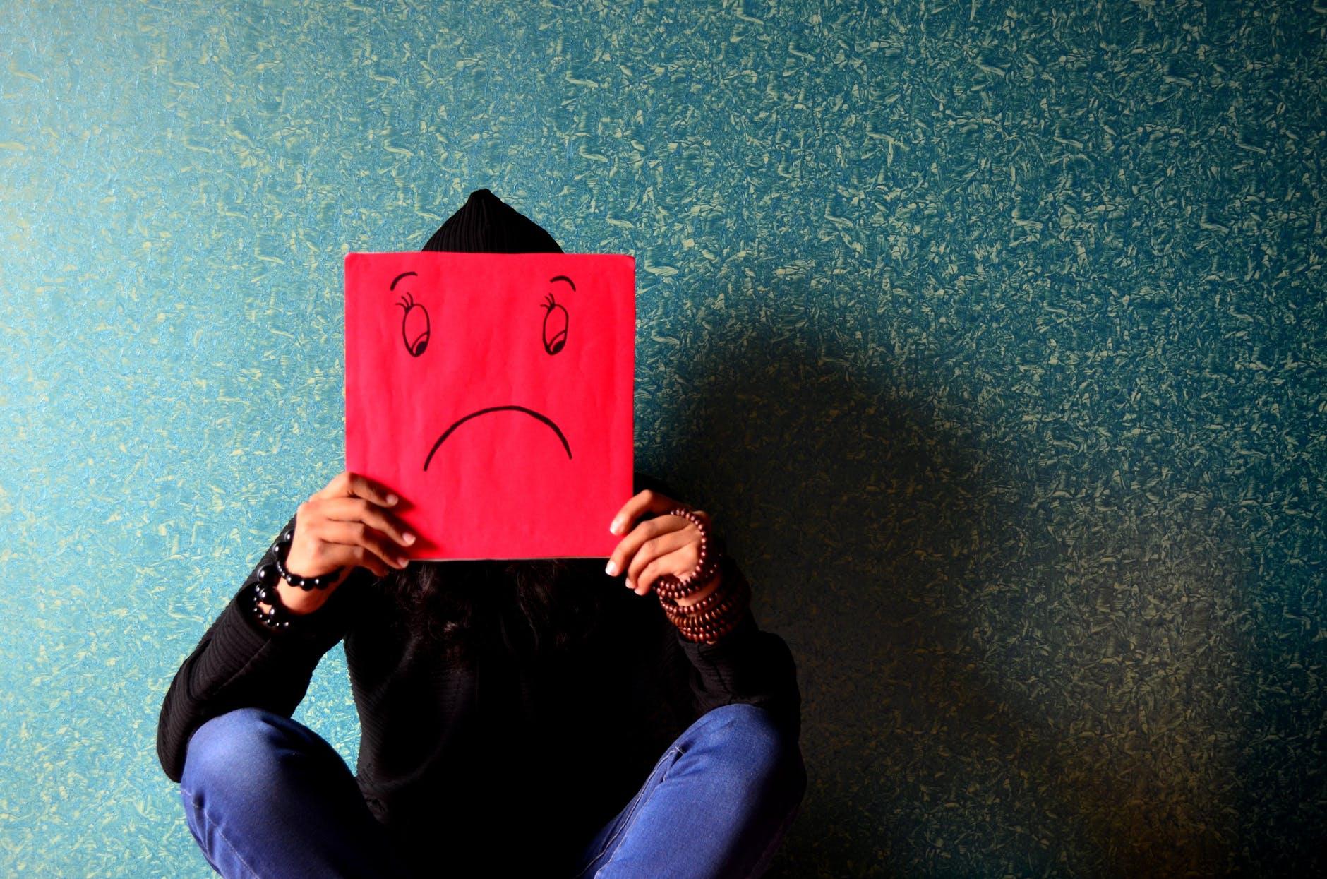 إذا كان ابنك يعاني من هذه الأعراض فانتبهي! انه اكتئاب المراهقة