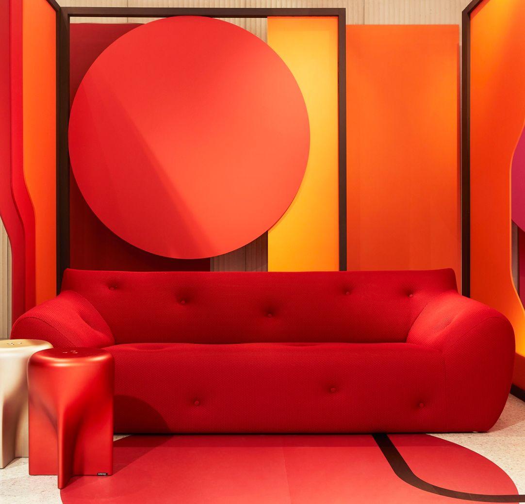 غرفة باللون الأحمر