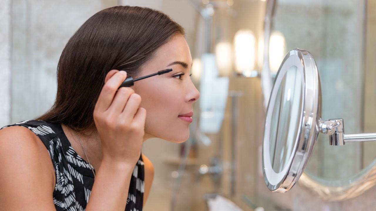لحماية رموشك تجنبي استخدام منتجات مكياج العيون منخفضة الجودة