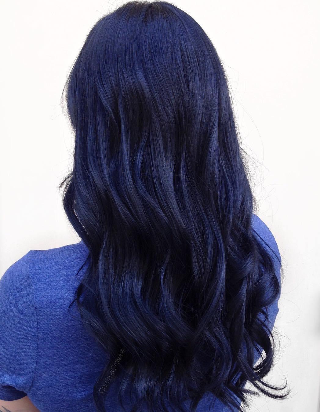 لون شعر اسود مزرق