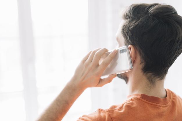 التعامل مع خيانة الزوج بالهاتف