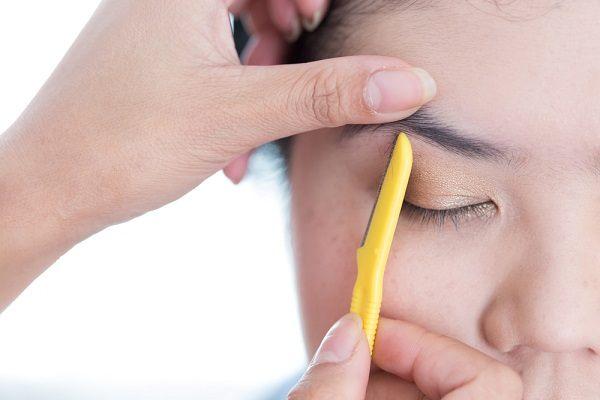 كم تبلغ مدة نمو شعر الحواجب بعد حلقها بالموس
