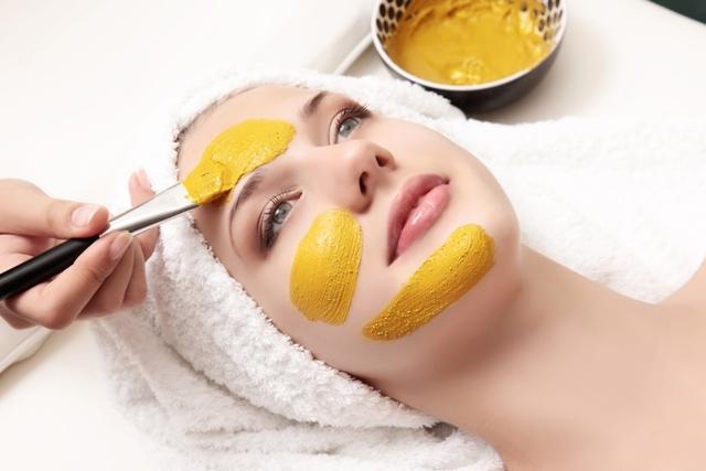 ماسك الكركم والليمون لتفتيح البشرة السمراء