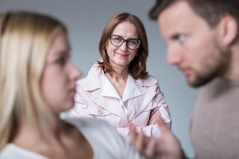 كيف يعامل الزوج زوجته امام اهله